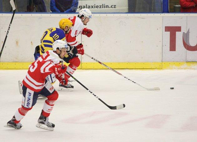 Extraligoví hokejisté Zlína (ve žlutém) v neděli ve 45. kole doma hostili Pardubice.