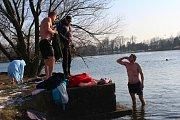 Ani mrazy neodradily desítku otužilců, aby si v neděli 25. února 2018 nešli zaplavat na Štěrkoviště v Otrokovicích. Voda měla pouhé dva stupně.