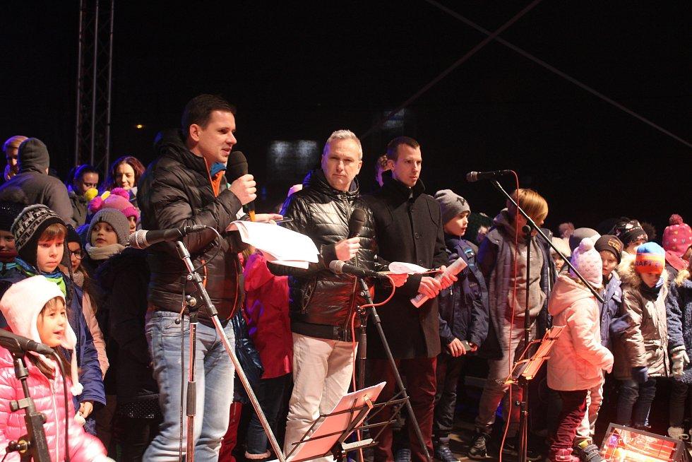 Česko zpívá koledy na náměstí Míru ve Zlíně 11.12.2019.