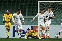 Fotbalisté Zlína (v bílých dresech) se ve čtvrtek večer představili na hřišti moldavského mistra, týmu Šeriff Tiraspol.