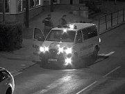 Strážníci zatkli muže, který kopal ležícího muže do hlavy a celého těla. Šestačtyřicetiletý muž z Prahy putoval nakonec do policejní cely.