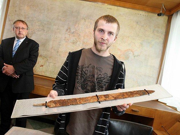Ocenění nálezce meče Miroslava Brázdila na krajském úřadu ve Zlíně.