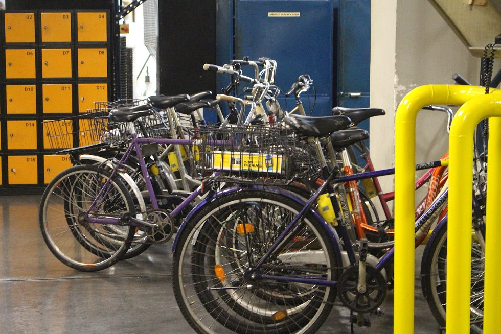 """Den otevřených dveří v Continental Barum - Protože výměra areálu je zhruba 7 kilometrů, mají zaměstnanci k dispozici kola. """"Používají je například technologové, směnoví mistři i údržbáři,"""" uvedla mluvčí CB Regina Feiferlíková."""