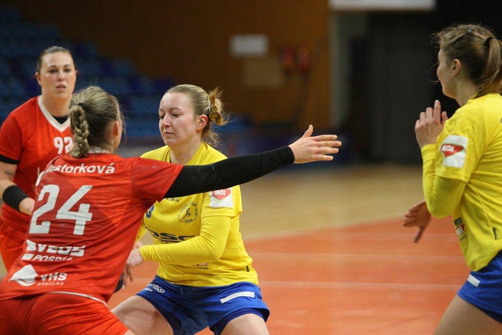 Házenkářky Zlína (ve žlutém) v 11. kole MOL ligy doma nečekaně vysoko podlehly Veselí nad Moravou 23:33. Na snímku Nygrýnová.