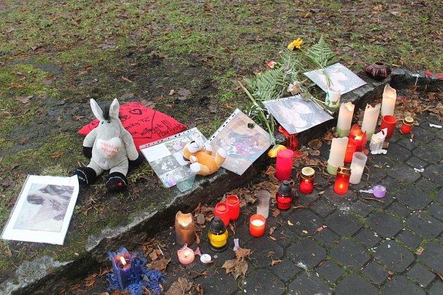 Svíčky pro zemřelou Petru zapálili její kamarádi u knihovny