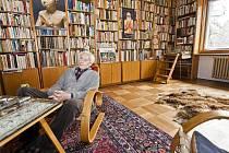Cestovateli dělají v jeho domě společnost tisíce knih. A jak sám říká, je mu s nimi moc dobře. Svou zlínskou vilu by prý rozhodně nevyměnil ani za nic.