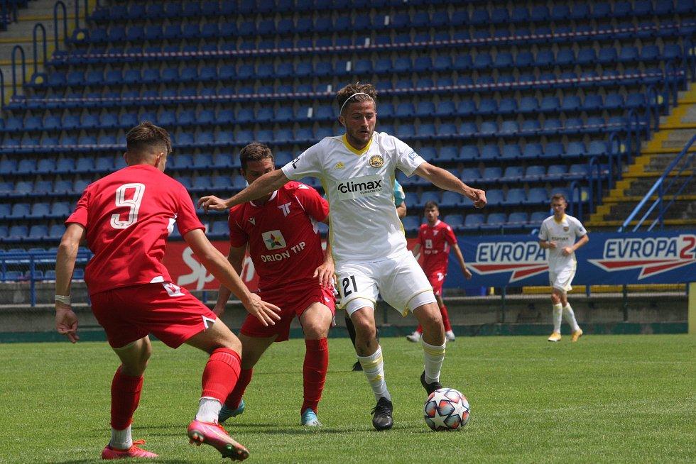 Fotbalisté Zlína (v bílých dresech) se v sobotu na Letné utkali se slovenským Trenčínem.