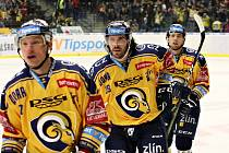 Hokejisté Zlína (ve žlutých dresech) zakončili první čtvrtinu základní části domácím zápasem s Mladou Boleslaví.