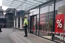Neznámý muž vyhrožoval výbušninou v obchodním centru.Zdroj: DENÍK/Jana ZavadilováNeznámý muž vyhrožoval výbušninou v obchodním centru.Zdroj: DENÍK/Jana Zavadilová Neznámý muž vyhrožoval výbušninou v obchodním centru.