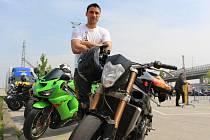 Lukáš Šťastný patří mezi dvacítku jezdců, kteří se motocyklové akrobatické diciplíně Street Fighter v České republice věnují.