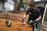 Patrik Fila připravuje prostor zahrádky Pivnice Saloon ve Zlíně.