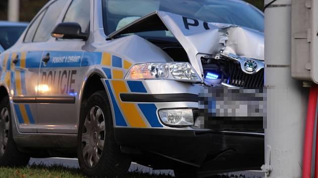 Služební vůz police ve Zlíně narazil do sloupu trolejového vedení.