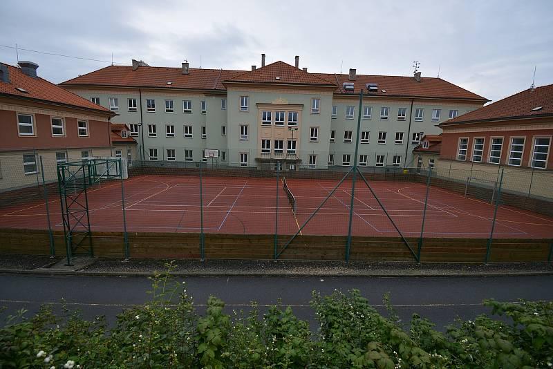Vesničce Újezd na Zlínsku chybí podle místních snad jen moře. Na snímku z 26. srpna 2021 škola a hřiště.
