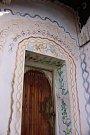 Domek v Hostišové, kam Marcel K. dojíždí pravidelně za svým otcem a kde s ním chce natrvalo žít. Malované ornamenty na domě jsou jeho dílem. Podle otce Marcela, má jeho syn rád přírodu a rád vyřezává, což je kolem domku patrno.