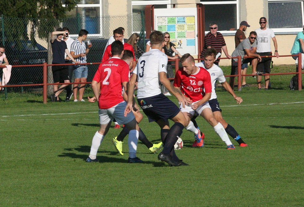 Derby fotbalistů Uherského Brodu (červené dresy) s béčkem Slovácka skončilo ve třetí lize bez branek.