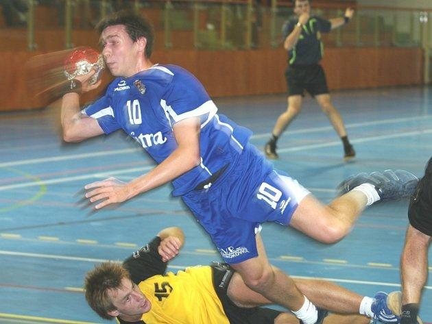Z podzimního utkání Napajedel (v modrém) proti Dvoru Králové