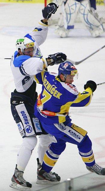 Extraligoví hokejisté Zlína nastoupili v rámci 21. kola nejvyšší soutěže proti Plzni. Dalibor Řezníček v tvrdém souboji se soupeřem.