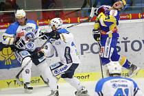 Extraligoví hokejisté Zlína nastoupili v rámci 21. kola nejvyšší soutěže proti Plzni. Pavel Kubiš (v modrém) právě inkasoval hokejkou do tváře.