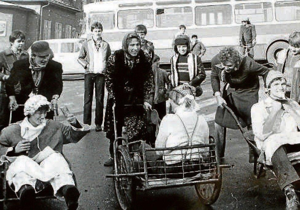 """JASENNÁ, FORMULE MIMINO. Takzvanou Formuli mimin uspořádali místní v obci 7. listopadu 1981. Soutěž byla pro pobavení, lákala také na sportovní zážitek. Na snímku """"piloti s formulemi"""" na startu."""