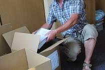 Dvanáct zalepených krabic plných dokumentů odvezli v těchto dnech pracovníci Ředitelství silnic Zlínského kraje (ŘSZK) do zlínského pracoviště Úřadu Regionální rady regionu soudržnosti Střední Morava.