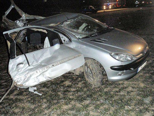 Dva lidské životy si vyžádala havárie, k níž došlo v neděli 7. března časně ráno mezi Napajedly a Topolnou na Zlínsku.