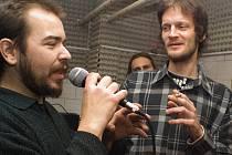 Při prvním vysílání v prosinci 2007 bylo veselo. Na snímku vlevo Dalibor Pálka, vpravo Radim Čillík.