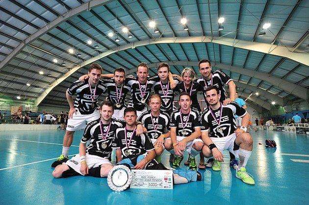 Vítěz florbalového turnaje vRožnově pod Radhoštěm Hornetˇs Cup 2018brněnského družstva The Edge.