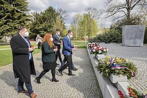Představitelé Zlínského kraje si v pondělí 3. května připomněli u Památníku obětem II. světové války v parku Komenského ve Zlíně dvě významná výročí.