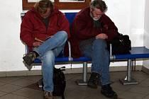 S příchodem jara přestávají být nádraží pro bezdomovce atraktivní, přesouvají se spíše do parků.