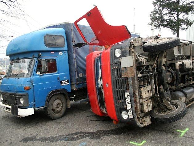 Nákladní automobil se tam převrátil na bok a způsobil tak dopravní komplikace.