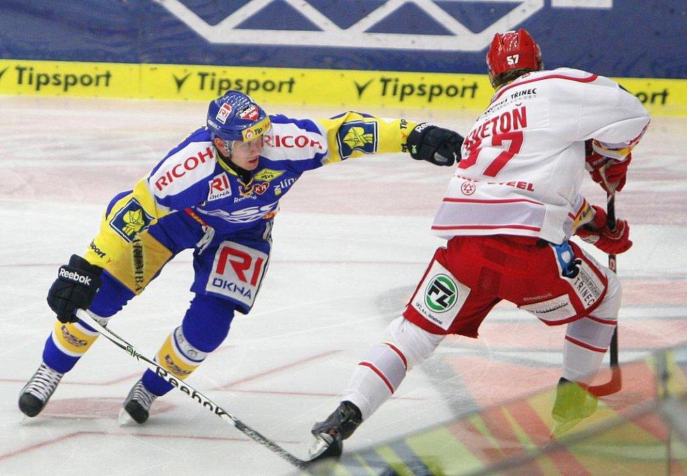 Extraligoví hokejisté Zlína (v modrém) se v 17. kole extraligy střetli s Oceláři Třinec.