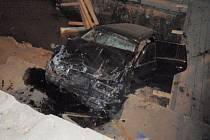 Auto se třemi muži skončilo ve zdi. Jeden mrtvý, dva zranění.