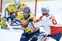 Hokejové utkání Generali Česká Cup v ledním hokeji mezi HC Dynamo Pardubice (v bíločerveném) a PSG Berani Zlín (ve žlutomodrém) v pardudubické enterie areně.