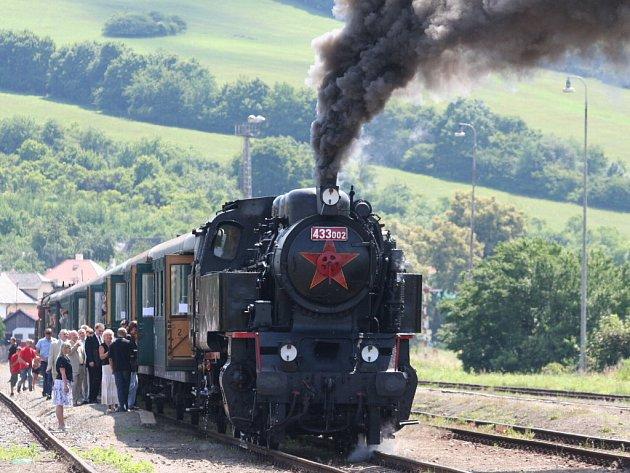 Osmdesáté výročí železniční trati Vsetín Bilnice oslavili v Bylnicích příjezdem parního vlaku.