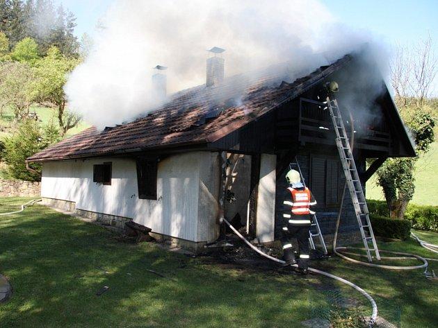 Rozsáhlý požár chaty v obci Vlčková.