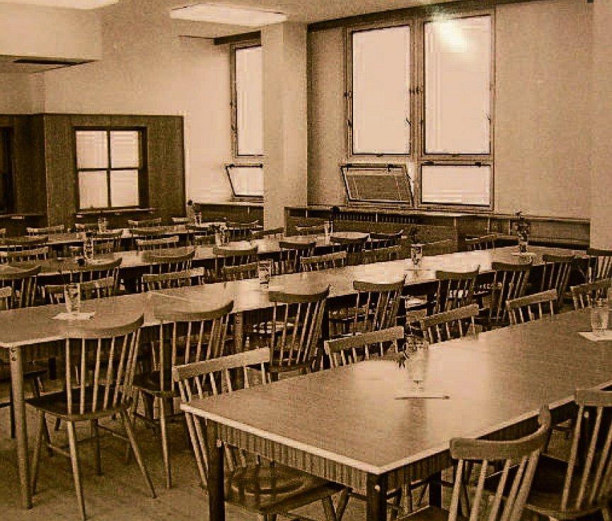 ŠKOLA. Rok 1986 – otevření 17. základní školy. Na snímku učebna. Na začátku 90. let byla k 17. ZŠ přistavěna další, 18. základní škola, dnes Církevní základní škola a mateřská škola Zlín.