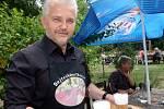 Libor Lukáš předává předplatné Deníku Libuši Zvonařové v kavárně Slunečnice.