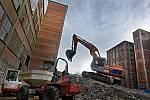 Rekonstrukce budov číslo 14 a 15 ve svitovském areálu ve Zlíně pokračuje. V současnosti finišují demoličné práce a z původních budov zůstaly jenom nosné konstrukce.