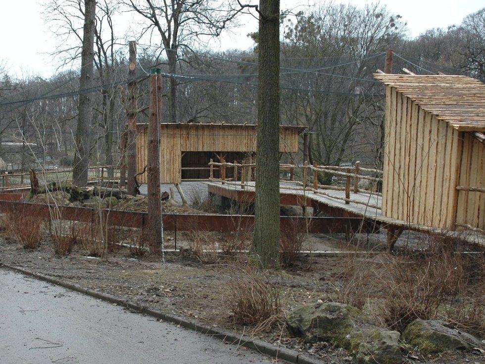Výstavba nového pavilonu pro dravé ptáky.