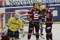 Extraligoví hokejisté Zlína (ve žlutém) v rámci 34. kola doma hostili pražskou Spartu.