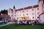 OSVĚTLENÝ ZÁMEK. Ve vnitřních i venkovních prostorách zámku se koná ročně zhruba třicet akcí. Energetické náklady na každou z nich odhaduje majitel na tři až čtyři tisíce korun.