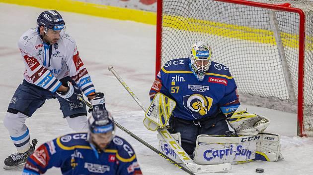 Hokejisté Zlína (v modrém) v úterý večer na Zimním stadionu Luďka Čajky vyzvali Bílé Tygry z Liberce. Na snímku brankář Huf. Foto: pro Deník/Jiří Zaňát