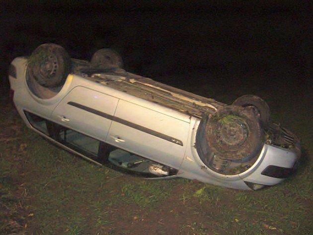 Řidič vjel na pole a převrátil se na střechu.