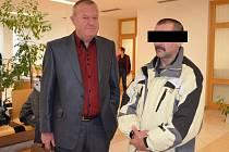 Obžalovaný u soudu (vpravo) se svým obhájcem Josefem Kapušňákem