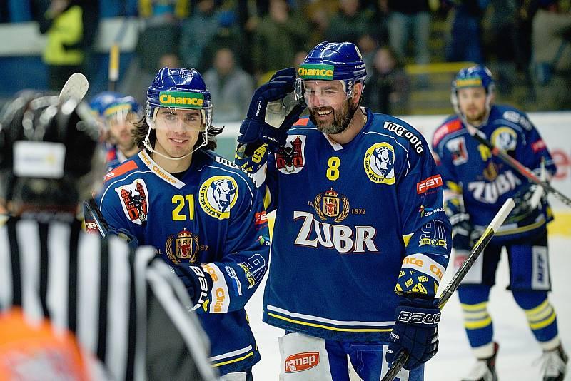 Hokejisté Přerova (v modrém) doma porazili Litoměřice 4:2. Robert Černý a Marek Sikora.