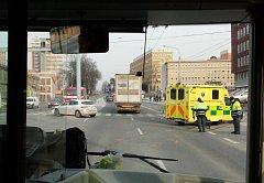 Nehoda sanitního a osobního vozu u zlínské polikliniky komplikovala v úterý odpoledne provoz