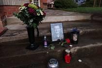Prostřednictvím kondolenčních listin mohou lidé vepsat vzkaz pozůstalým, přinést květiny či zapálit svíčku před budovou.