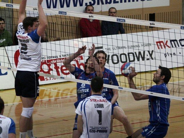 Extraligoví volejbalisté Zlína (v modrém) ve druhém zápase čtvrtfinále play off doma opět vyzvali ČZU Praha.