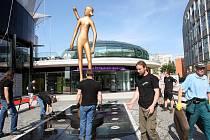 Zlín film fest 2016.  Stěhování a instalace sochy hlavní ceny před kongresové centrum ve Zlíně.