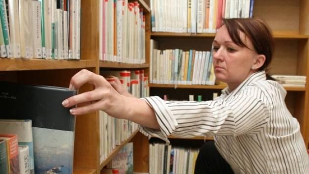 JE Z ČEHO VYBÍRAT. V knihovně na Podlesí se zatím nachází asi tři a půl tisíce titulů. Určitě jich však časem přibude.